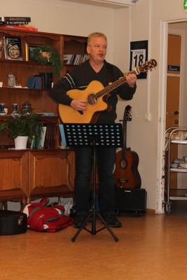 Musiker Kikkan Sternang var et populært innslag, da han bidro med sang og musikk for de eldre.