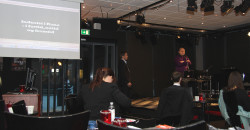 Markedssjef Jan Gabor (t.v.) og adm. dir. Arve Ulriksen i Mo Industripark AS, fra deres presentasjon for studentene.