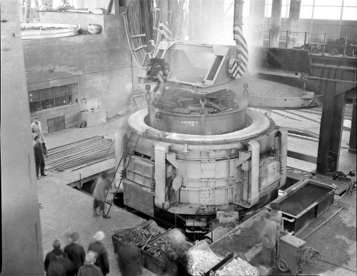 Chargering av elektrostålovnen i april 1955.