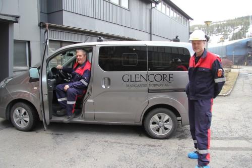 -Vi er svært godt fornøyd med den nye elbilen. Den fungerer akkurat like bra som en vanlig bil, forteller Roy Valrygg (t.v) og Bjørn Ugedal ved Glencore Manganese Norway AS.