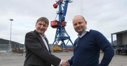 Styreleder Arve Ulriksen ønsker Alf A. Øverli velkommen som ny daglig leder i Rana Industriterminal AS.
