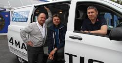 Service hele dagen fra Hemnes Bil AS. Fra venstre: Selgerne Roger Jørgensen, Rune Lyngved og Morten Urvik viser frem en av de mest populære varebilene.