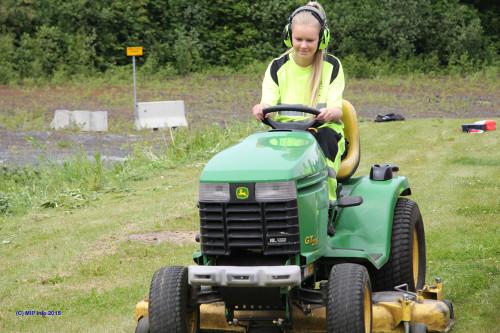 Jenni Løkkås Ulriksen i full sving med å klippe gress.
