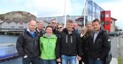Ledelsen i Mo Industripark AS besøkte Lurøy og industrimiljøet på Lovund. Her foran anlegget til Nova Sea AS.