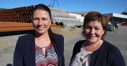 Heidi Nordby Lunde (t.v.) fikk en kort omvisning i Mo Industripark, blant annet til Rana Industriterminal der de fikk informasjon om aktiviteten ved Wasco Coatings Norway og rørene som nå skipes ut til Polarled. Her sammen med Anita Sollie, ordførerkandidat for Høyre i Rana.