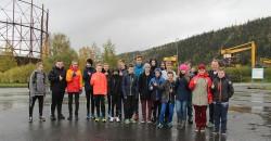 FLL-laget fra Båsmo ungdomsskole på omvisning i Mo Industripark, foran skraphåndteringen til Celsa Armeringsstål AS og gassklokka for mellomlagring av CO-gass. Celsa Armeringsstål AS er Norges største gjenvinningsbedrift.