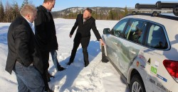 Henrik Johansen orienterer samferdselsminister Ketil Solvik-Olsen og daværende statssekretær Bård Håksrud om planene for Polarsirkelen lufthavn i mars 2014.