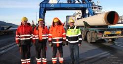 Fra Rana Industriterminal ble det lastet og losset 102 tusen tonn gods over kai på en uke. Dette takket være ansatte ved RIT AS som sto på natt og dag for sine kunder. Egon Eriksen (f.v), tillitsvalgt Arne  Sørensen, Sigmund Vonstad og daglig leder Alf. A Øverli.