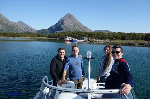 På båtturen rundt Tomma i stekende solskinn fikk de se Helgelandskysten fra sin beste side. Fisk ble det også.