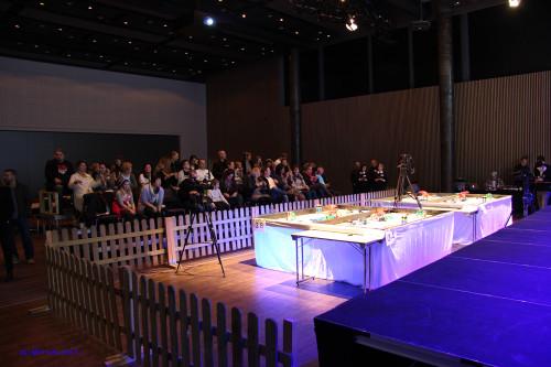 Like før innmarsjen. Bordene er klare, og publikum har store forventninger til årets regionale finale i FIRST LEGO Leauge i Mo i Rana