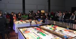 FIRST LEGO Leauge er ett av de prioriterte tiltakene for sponsortilskudd fra Mo Industripark AS. Arrangementet har mottatt sponsorstøtte i flere år, også i 2015.  Bildet er fra den regionale finalen i Meyergården Spektrum, 7. november 2015, der et av lagene fra Korgen Lego Locos og et fra Nesna  i aksjon, mens publikum følger spent med på storskjerm til venstre for lagene.