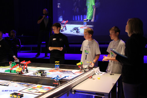 Gutteteamet fra Korgen Lego Locos ved bordet