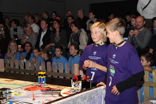 Marius Ranum (t.v) og Markus Bullvåg fra Team Future 7, Lyngheim barneskole