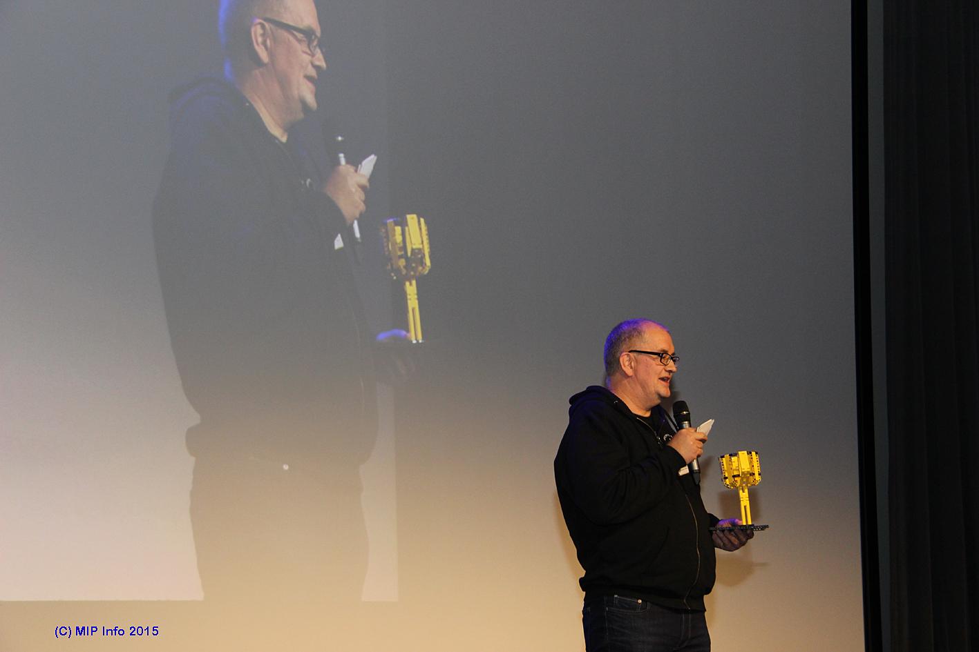 Dag Arild Berg i Høgskolen i Nesna annonserer vinneren av den regionale finalen i FIRST LEGO Leauge