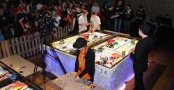 Fra finalen i robotkjøring på Mo, der nettopp Austbø LegoMafia møtte Korgen Lego Locos. På bildet ser vi Miriam Broch Eidstø (nærmest) og Emil Nikolai Nykmark fra Austbø LegoMafia og Håkon Monsen Valla og Sigurd Kjemphei Larsen fra Korgen Lego Locos.