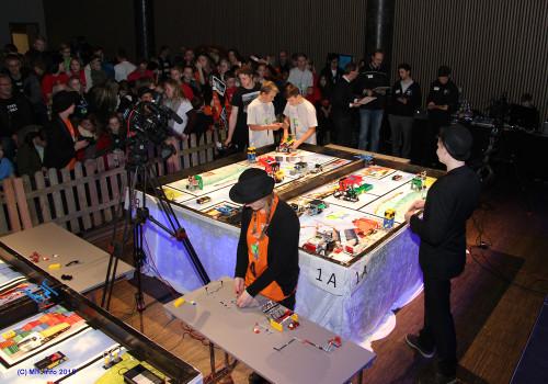 Finalen er i gang: Miriam Broch Eidstø (nærmest) og Emil Nikolai Nykmark fra Austbø LegoMafia og Håkon Monsen Valla og Sigurd Kjemphei Larsen fra Korgen Lego Locos