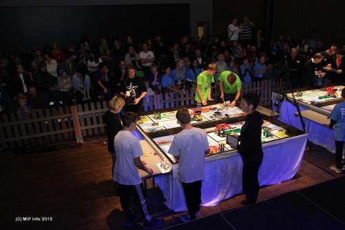 B-gjengen og guttelaget fra Korgen Lego Locos i aksjon ved bordet