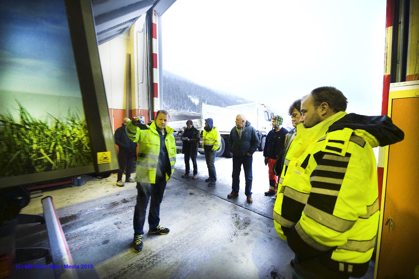 Kjell Magne Nilsen viser gjester fra Trondheim og Bodø hvor mye støv bilen sugde opp fra et tilsynelatende rent gulv inne i en av hallene i industriparken.