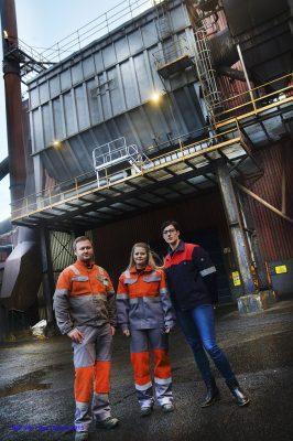 Celsas Petter Venes Skatland (t.v.) og Glencores Eli Anita Aastrøm er enige om at lærlinger som Malin Lyngved (i midten), lærling hos Celsa, er gull verdt for norsk industri.