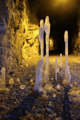 Isskulpturer i tunellen - kanske er det bergmenn og -kvinner, slektninger til havmannen?