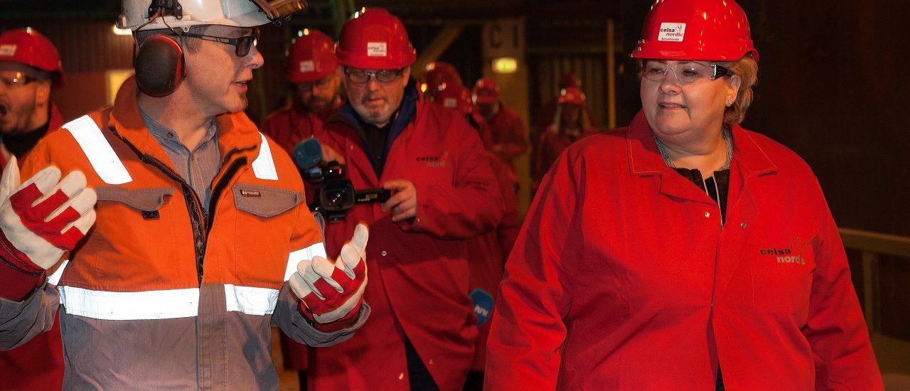Statsminister Erna Solberg fikk honnør for fokus på fastlandsindustrien og samferdselssatsing på Helgeland da hun besøkte Mo Industripark. Her sammen med verkssjef Kjetil Brose i Celsa Armeringsstål.