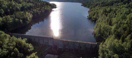Det er 200 høydemeter forskjell mellom Andfiskvatnet og industriparken, og vannet ledes via en tunnel gjennom Mofjellet til industriparken. På ferden til industriparken går det gjennom Svabo Kraftverk, som har vært en del av energigjenvinningen i Mo Industripark siden 1995.
